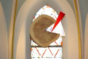 Holz-Glas Objekt im Altarraum